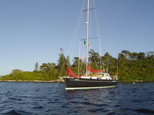 Au mouillage baie de Baltimore, Irlande, Le voilier de croisirère à la voile fait escale dans les baies sauvages
