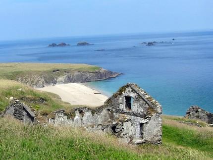 En croisière à la voile en Irlande, Lord Jim fait escale aux îles Blasket. Mouillage de rêve en profitant du beau temps, lors d'un stage de voile croisière hauturière