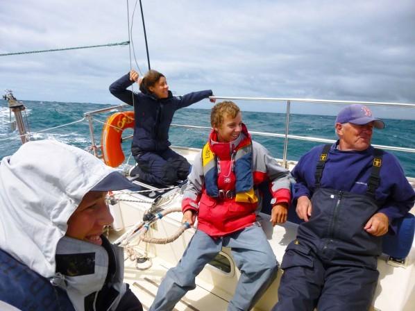 Equipage du Lord Jim, en stage croisière à la voile de Brest vers les îles Scilly, passage du cap Lizard au surf