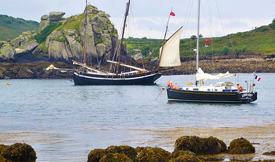 Lord Jim et Grayhund, voiliers de croisière & de caractère se retrouvent au mouillage à Tresco, Scilly