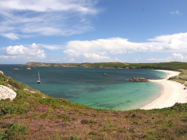 île de Saint Martin, aux Scilly, le voilier de croisière Lord Jim en escale sauvage
