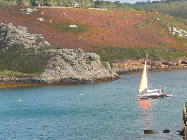 Entre Tresco et Bryer, le voilier de croisière Lord Jim en pêche sous voilure réduite